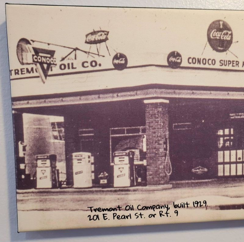 Tremont, IL  (201 E. Pearl St.  Tremont Oil Co)  <Tokheim 452>  {CAN}  [FB Scott McCoy].jpg